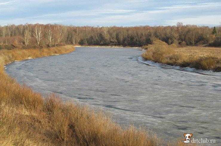 Отделяет река