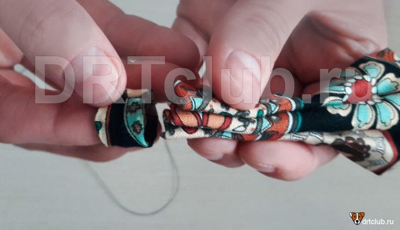 Продеваем основную деталь галстука через перемычку