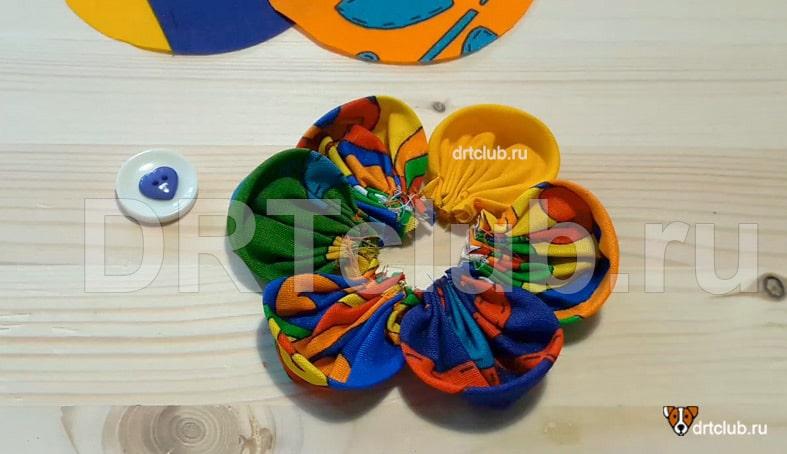 Получившиеся шесть лепестков выкладываем в виде круга