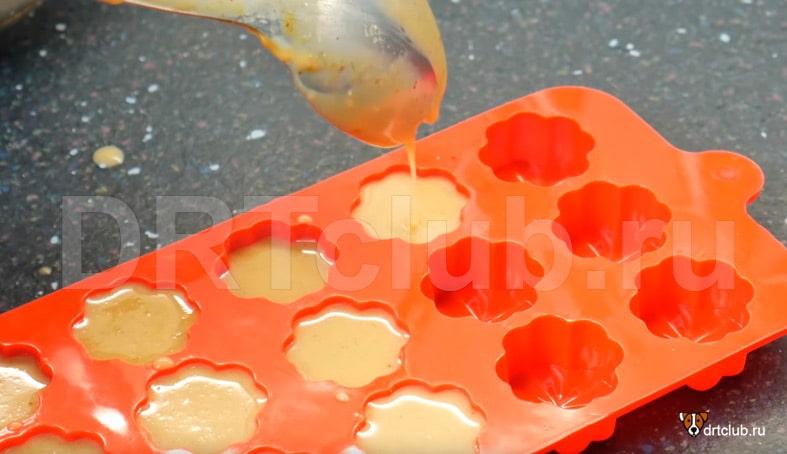 Разливаем арахисовое желе по формочкам