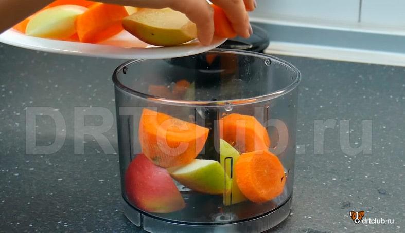 Отправляем яблочко и морковку в блендер
