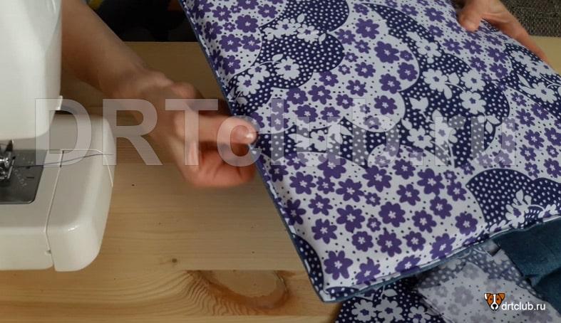 Для удобства сшивания прокладываем отделочную строчку