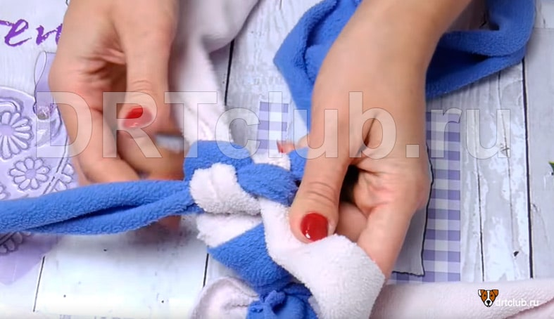 Затягиваем полоски в узелок