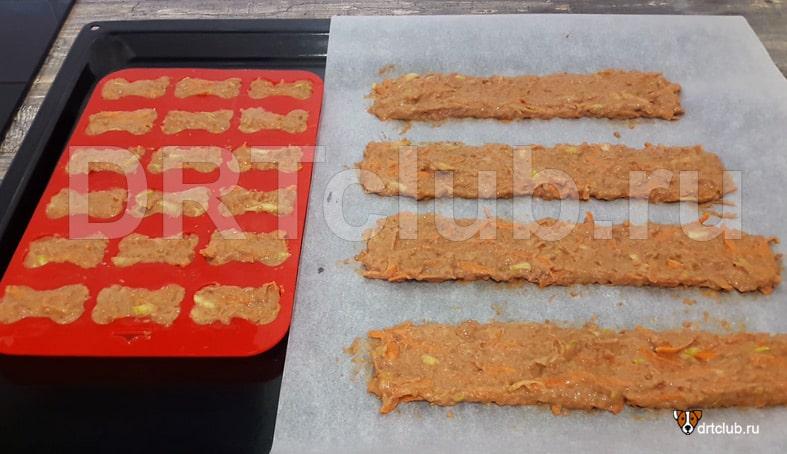 Выкладываем печёночное тесто на противень
